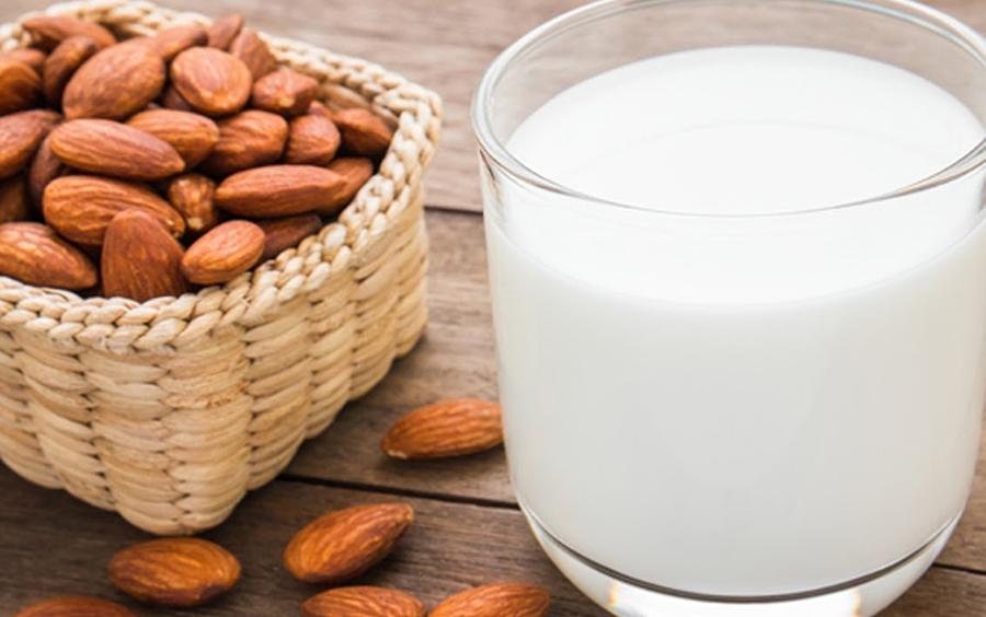 Trong thực đơn giảm cân 13 ngày phi hành gia có sữa hạnh nhân