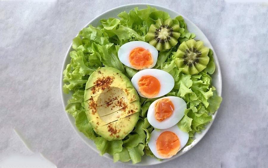 Ăn trứng kèm với các món rau có lượng carbohydrate thấp