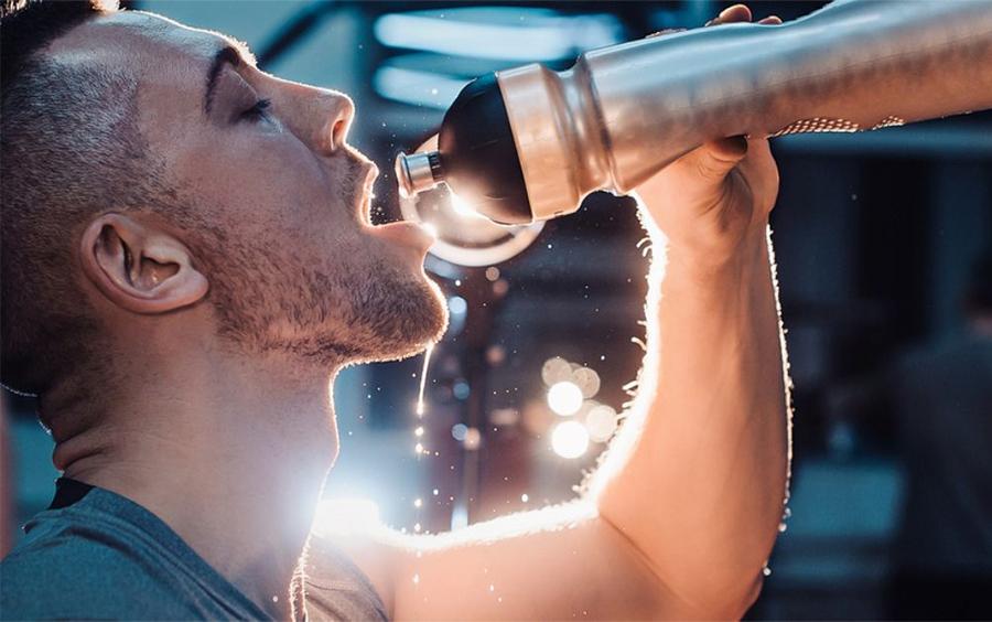 Tập gym là quá trình tập luyện cơ thể bài tiết mồ hôi nhiều gây mất nước